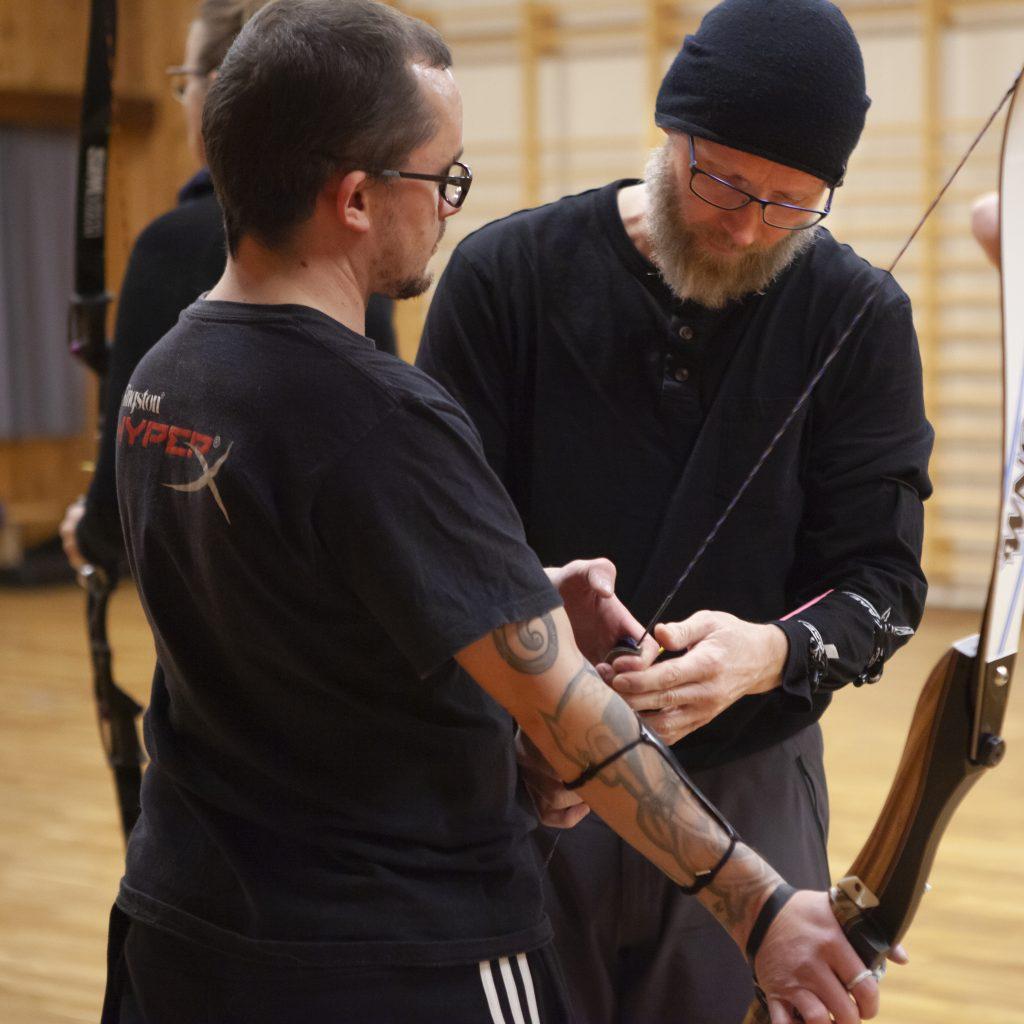 Lars Erik blir fort rastløs under intervjuet, og liker aller best når han kan bidra til at skytterne tar små og store steg framover. Her er det Joachim Salvesen som blir instruert i de små detaljene som kan utgjøre de store forskjellene. (Foto: Ingrid Hemming)